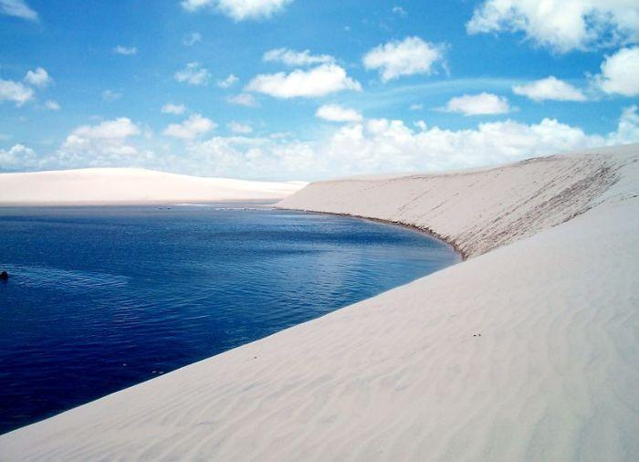 Lagoa_e_duna_no_Parque_Nacional_dos_Lençois_maranhenses