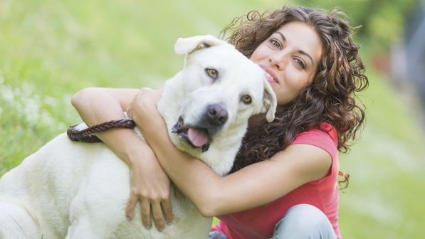 mulher-cachorro-feliz