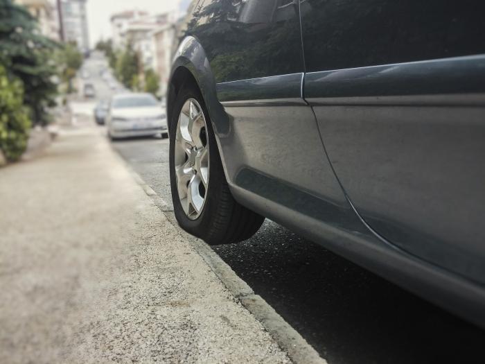 carro na calçada